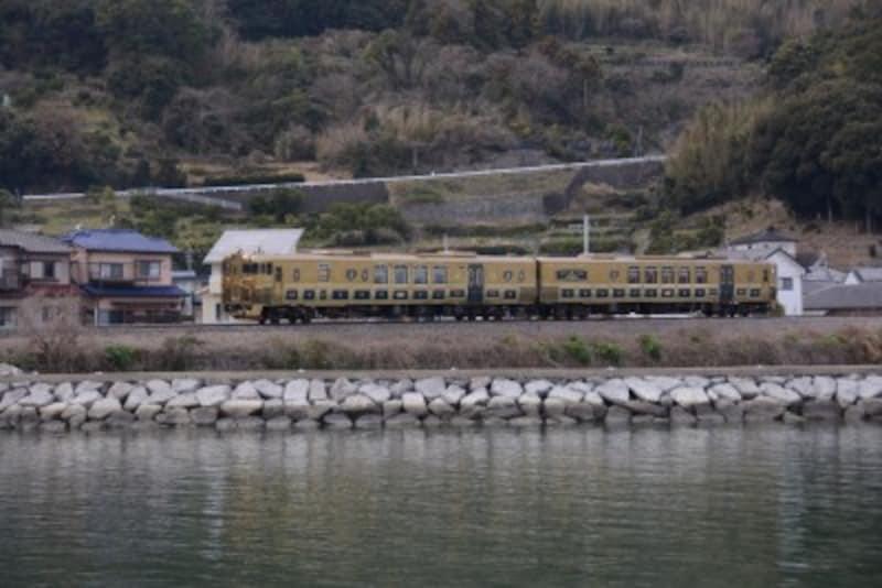 大村湾に沿って走る「或る列車」