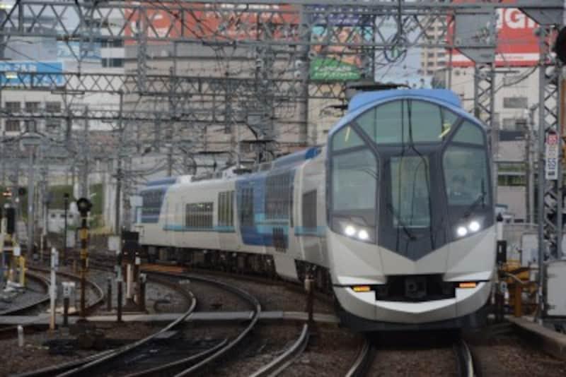 近鉄名古屋駅を発車した直後の「しまかぜ」