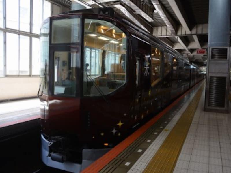 大阪上本町駅に停車中の「楽」