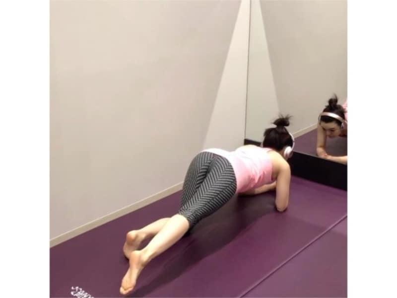 四つん這いの姿勢から、片足を後ろにまっすぐ伸ばす