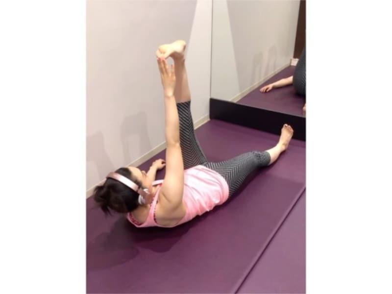 腹筋を使って、再び伸ばした足のつま先をタッチする