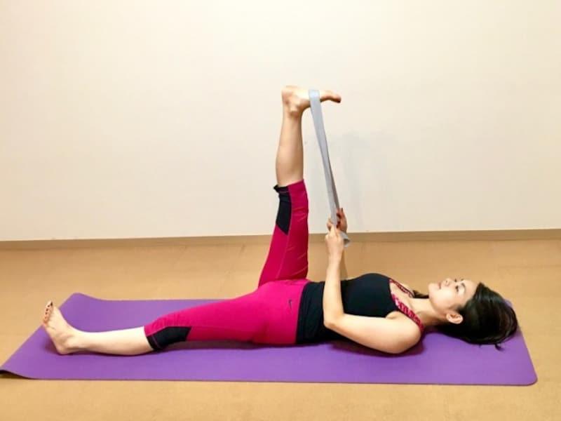 仰向けになり片足を持ち上げ、長めの紐かタオルを引っ掛けてゆっくり引っ張る