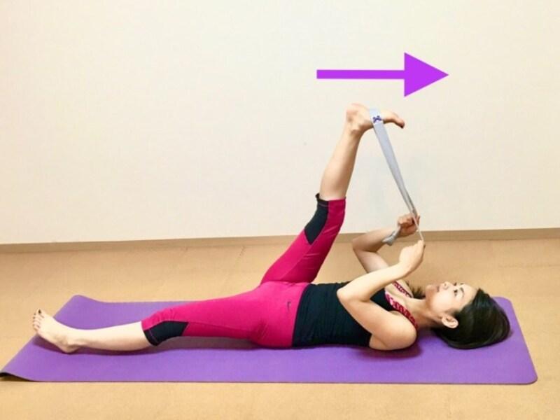 片足を引っ張りながら、頭の方に動かして太ももの裏を伸ばす