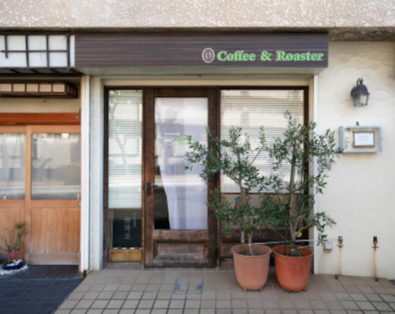 「スリーペンギンズコーヒー&ロースター」カーテンがめくれていたらオープンしているサイン