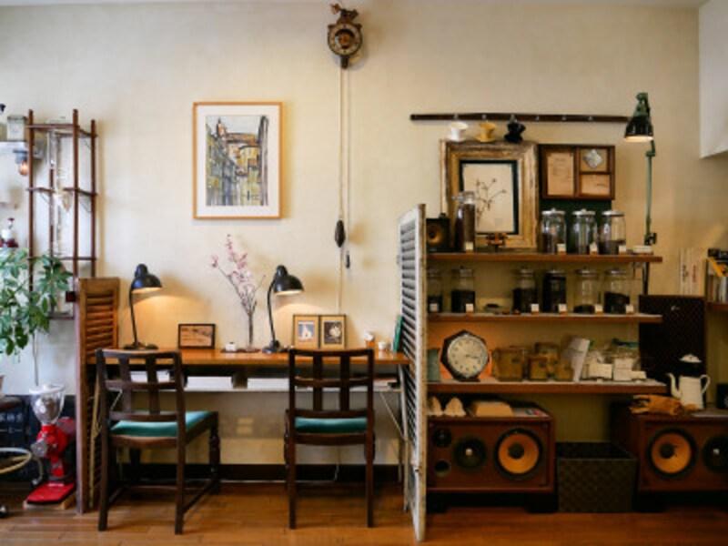 テーブル席のほか壁に向かうカウンター席も