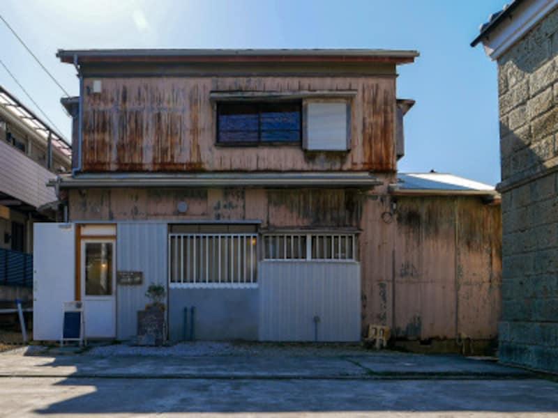 伊藤米店の横の小路を入って裏側に「CAFEシトカ」の建物があります