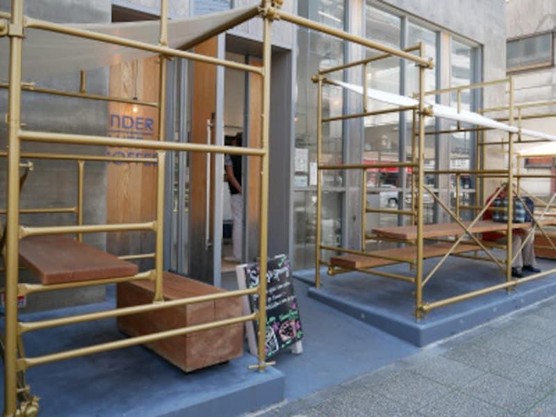 店舗前にテラス席が新設された「アンダーブラフコーヒー」