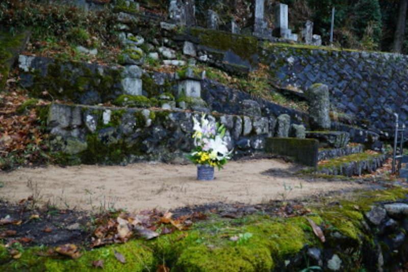 お墓のすべてを撤去し、墓地を更地にして使用権を管理者に返還する「墓じまい」