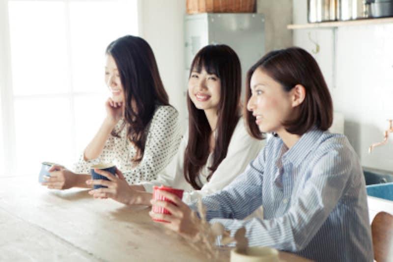 会話をする3人の女性