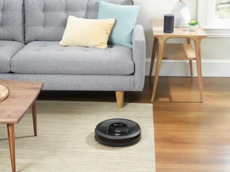 書斎でオンライン会議中、ルンバはせっせと別の部屋を掃除してくれます