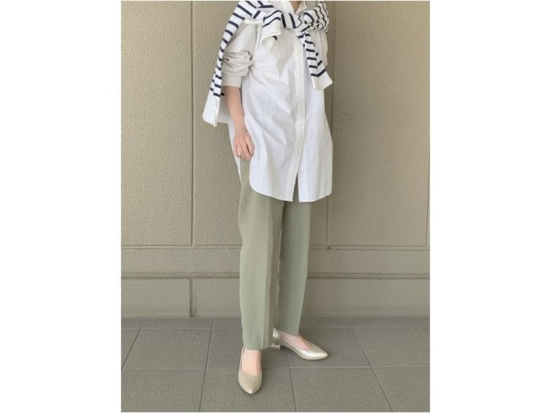 定番の白シャツにはトレンドのグリーン系パンツで今っぽさを 出典:WEAR