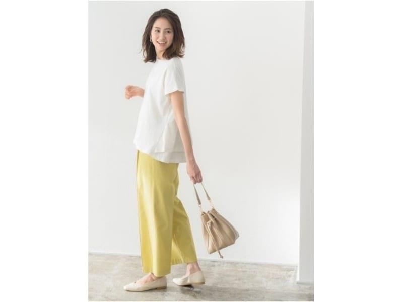 ゆったりした白トップスにはきれい色パンツを効かせて 出典:WEAR