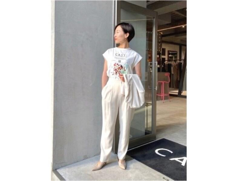 Tシャツ&パンツのカジュアルコーデも白だと洗練された印象に 出典:WEAR