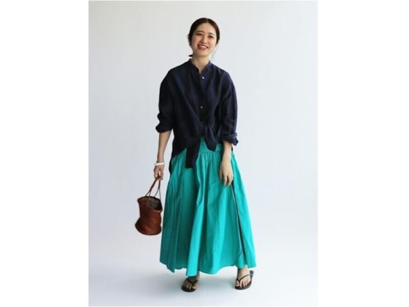 鮮やかなグリーンのスカートもシャツを合わせるとより大人なイメージに 出典:WEAR