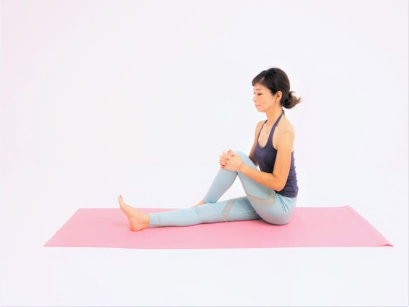 動作1:長座姿勢から左足を右足外につけます