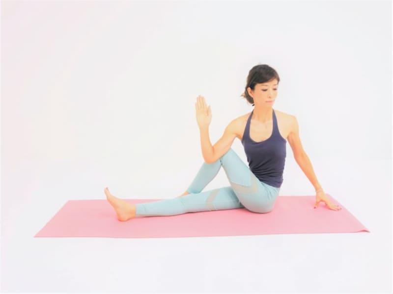 動作2:右腕で膝を押さえ上体を右方向にねじります