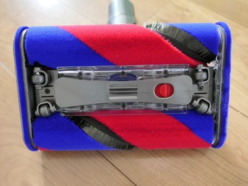 ブラシを2つと小さなタイヤを4つ備え、滑らかに動きます