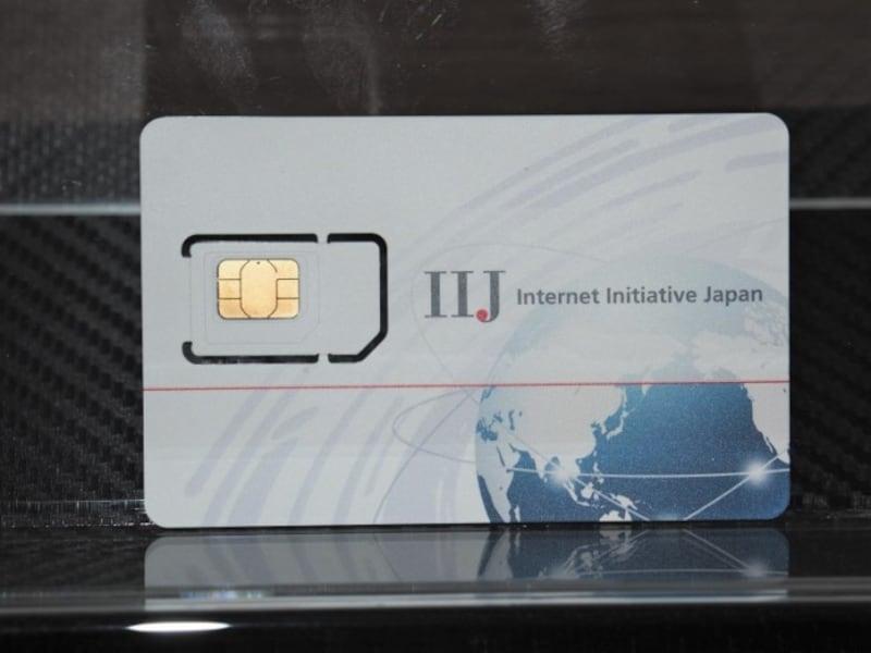 スマートフォンで通信するのに必要なSIM。通常はカード型で、スマートフォンのスロットのサイズに応じたものを挿入して使う