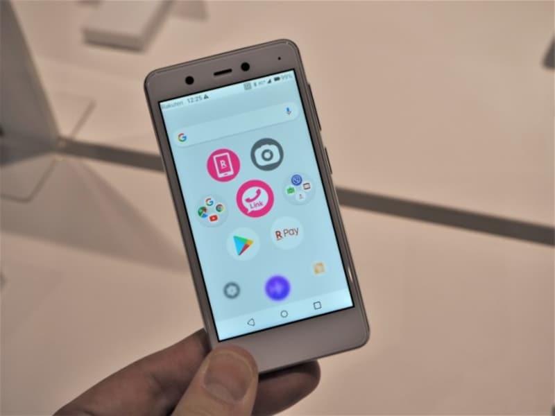 「RakutenMini」など楽天モバイルオリジナルのスマートフォンは、eSIMのみを搭載しているためSIMカードを挿入するスロットがない