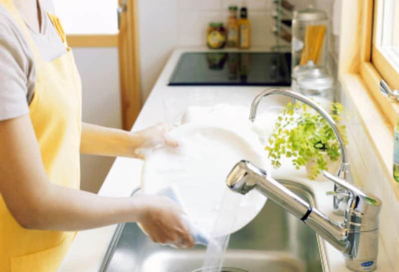 水を無駄遣いする食器の洗い方