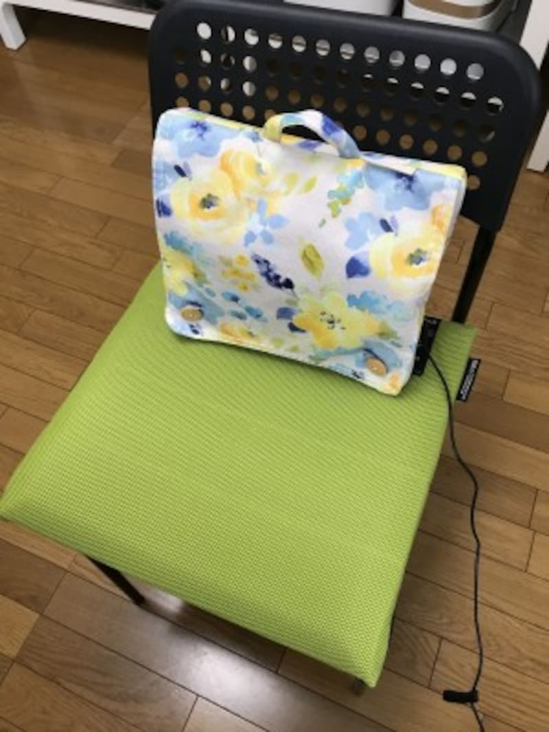 ルルド「マッサージクッションミニプロ2021年SS限定モデル」5500円。小さめの椅子にもフィットする薄さです