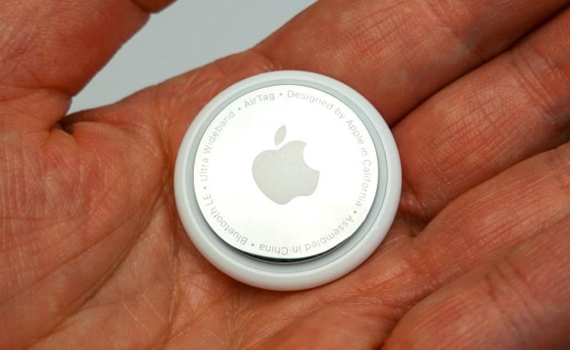 「AirTag」は直径31.9mm、厚さ8.00mm、重さ11g。ちょっと大きなコインといった形状をしています。価格は1つ3800円。4つ入りのセットが1万2800円です(各税込)