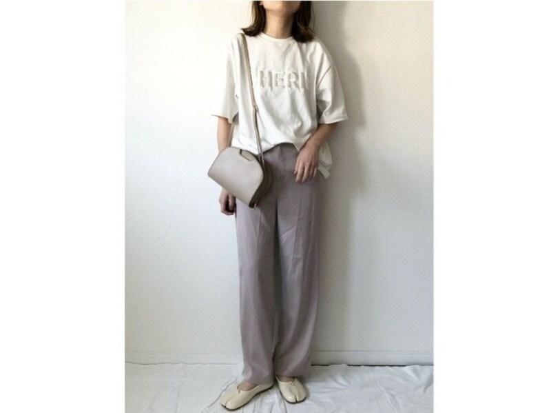 カジュアルなTシャツコーデにツヤ素材で女性らしさをプラス 出典:WEAR