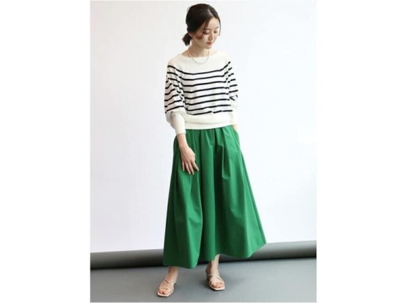 一点投入するだけで華やかさもぐっとアップする鮮やかグリーンのスカート 出典:WEAR