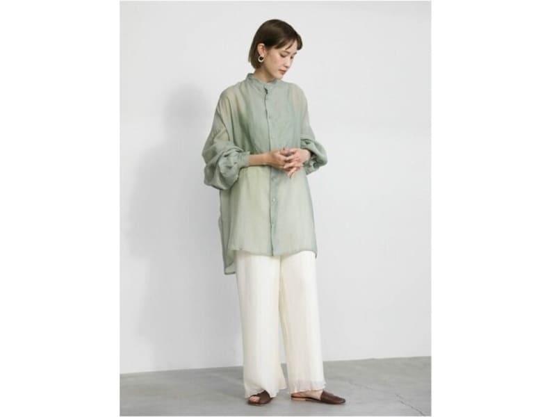 淡いライトグリーンはふんわりフェミニンなイメージでも着られる 出典:WEAR
