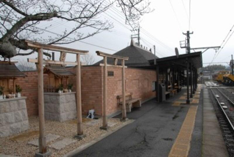 ホームには神社まである貴志川駅