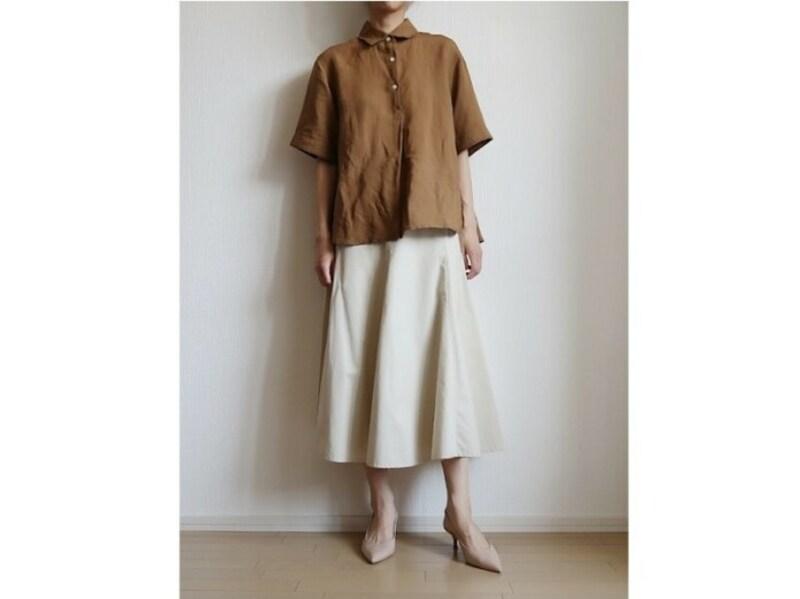パンツでもロングスカートでも合わせやすいのがメリットです