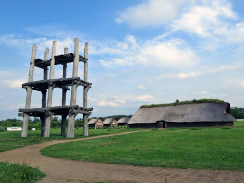 三内丸山遺跡、六本柱の大型掘立柱建物と大型竪穴建物