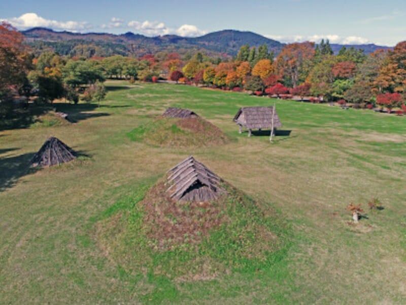 御所野遺跡の土屋根の竪穴建物、伏屋式の竪穴建物、高床建物