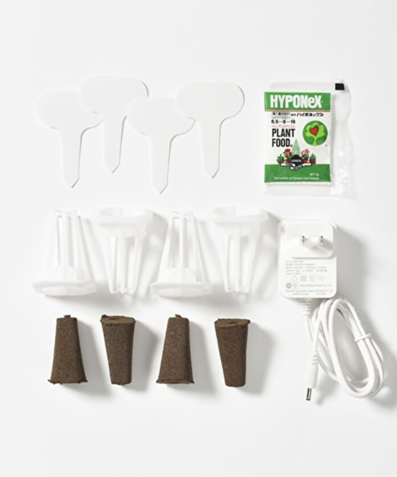 専用ACアダプター、栽培バスケット×4個、培地フォーム×4個、ラベル×4枚、微粉ハイポネックス5g(お試し肥料)が付属。タネは同梱されていないので自分で購入を