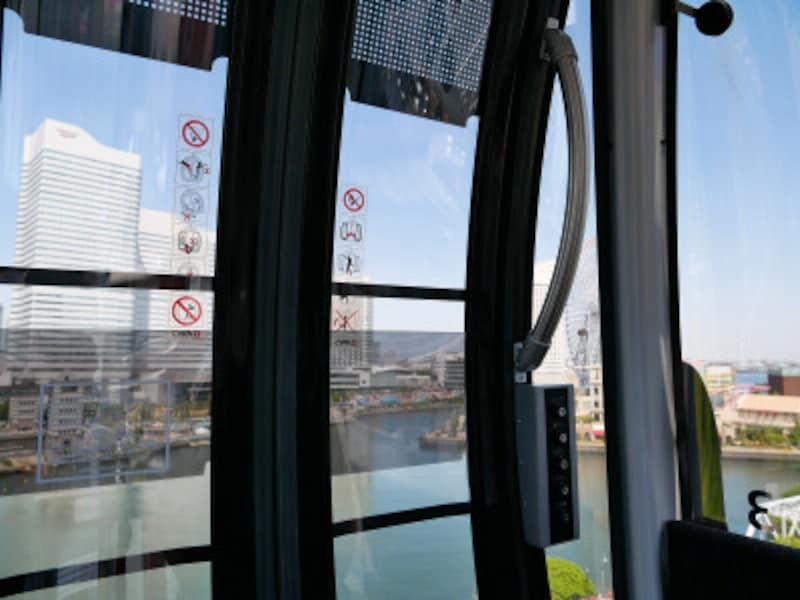 桜木町駅から搭乗するとみなとみらい側にはドアのフレームがあります(2021年4月19日撮影)