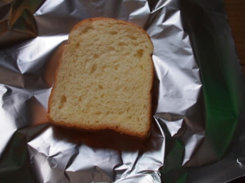 アルミホイルにするのは解凍後にトースターで焼くときなどに便利だからです。