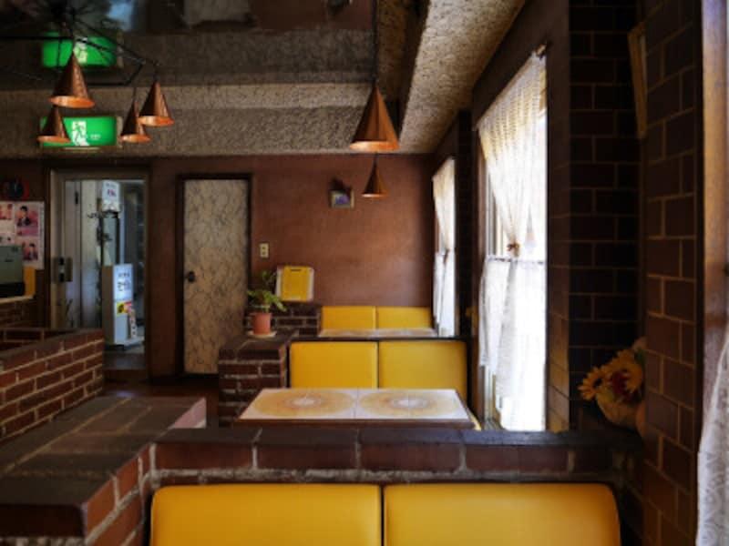 ひまわりのタイルが貼られたテーブルが印象的な純喫茶モデル