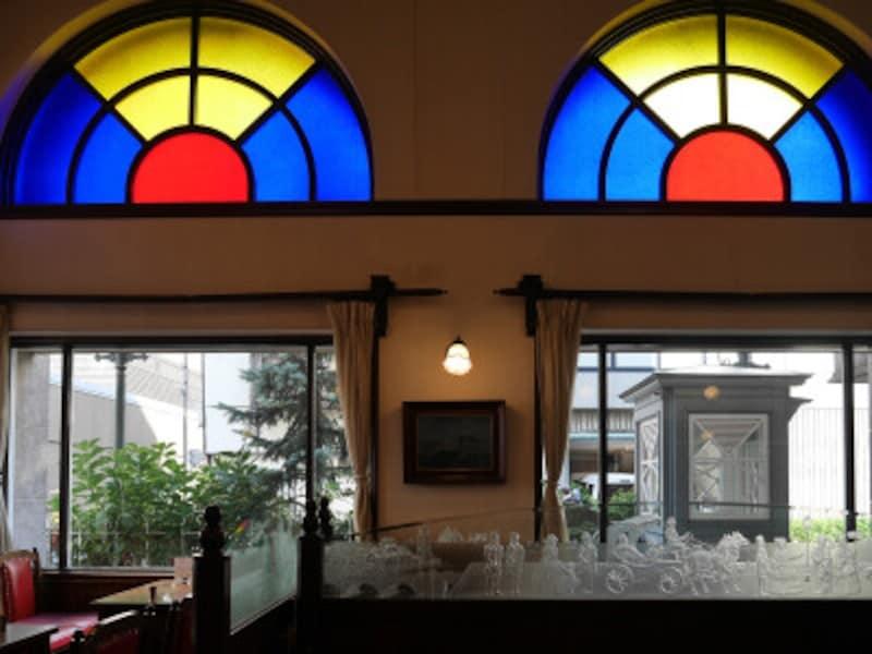 ステンドグラスが印象的な1階喫茶室