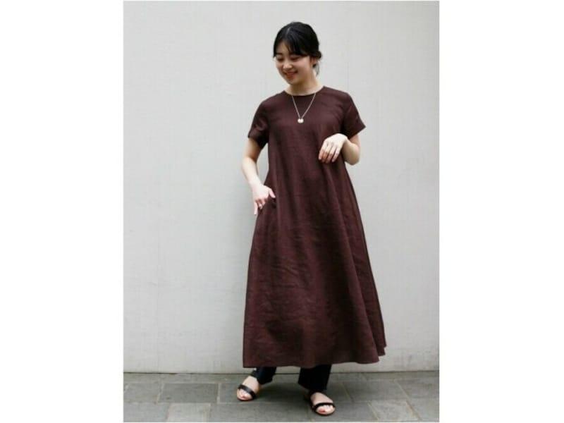 【OKコーデ】ゆったりとしたリネンワンピースでもネックレスやきれいめパンツの重ね履きなど、細部まで気を配って 出典:WEAR