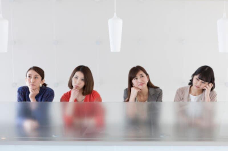 考える4人の女性
