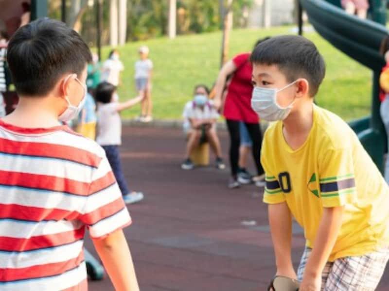 マスク着用で外遊びをする子供たち