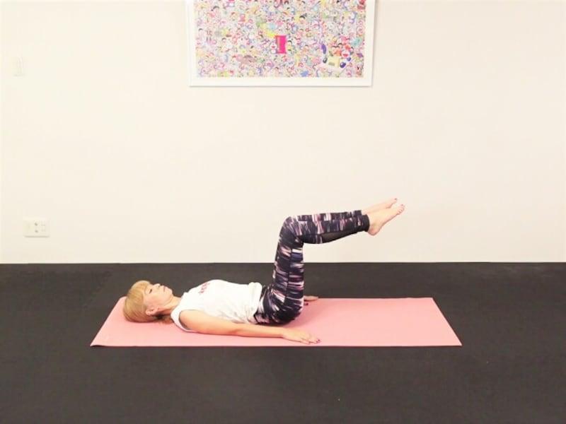 エクササイズ3:吐く息とともに両脚を床から離し、骨盤ニュートラルポジションをキープ