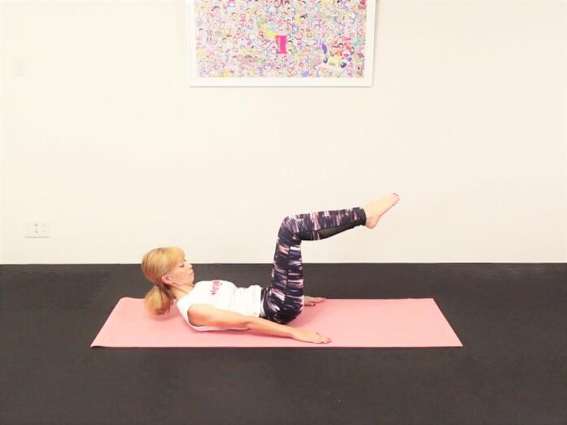 エクササイズ4:両手の平を前に押し出しながら上体を起こし、目線は斜め下に向ける