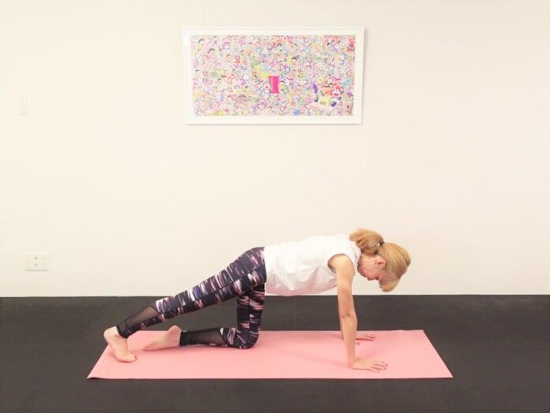 エクササイズ1:片膝を床につけ、頭からかかとまで一直線のラインをつくる