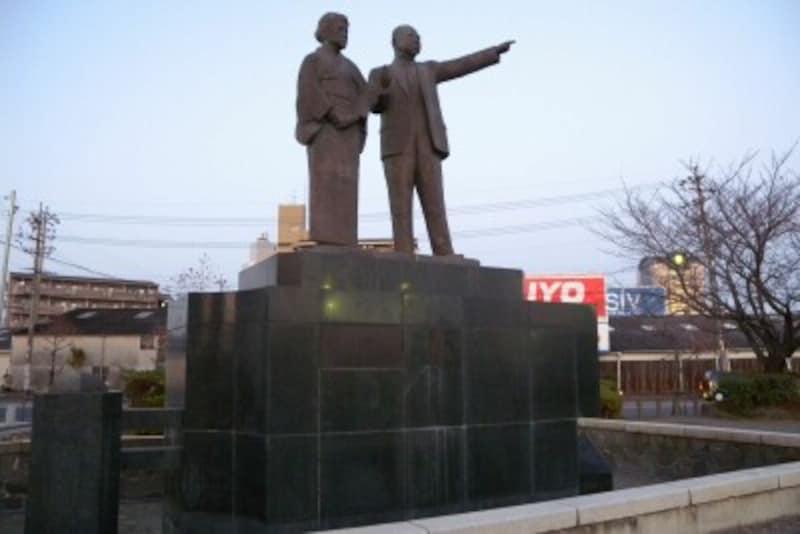 大野伴睦夫妻の像