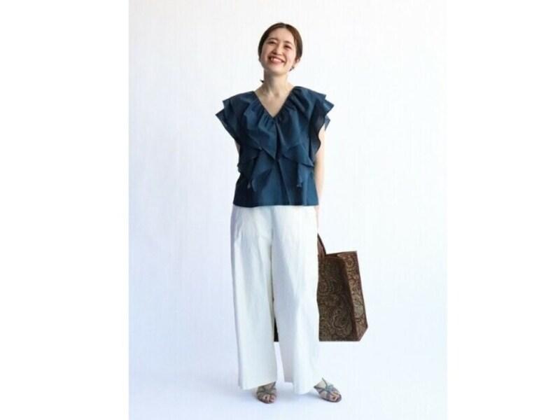 華やかなブラックのシルクブラウスには白パンツで清潔感を 出典:WEAR