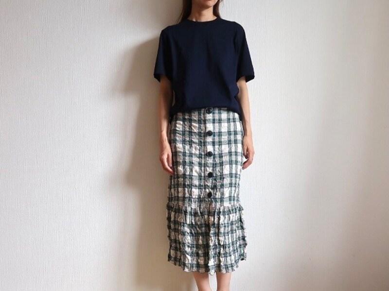 ネイビーならTシャツに柄スカートでも大人らしさをキープしてくれるのが優秀