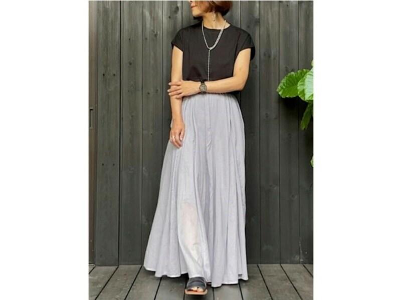 華奢なロングネックレスと揺れ感のあるスカートでエレガントに 出典:WEAR
