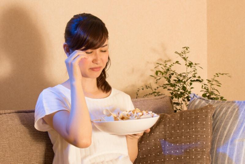夜食をする女性