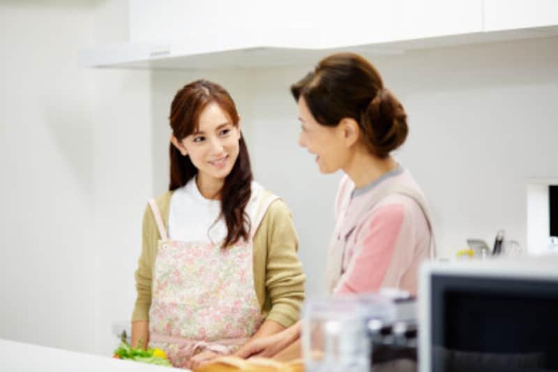 台所に立つ女性二人